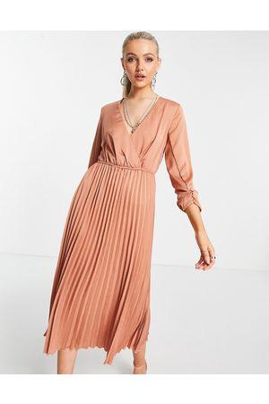 Liquorish Midi pleated dress in earthy pink