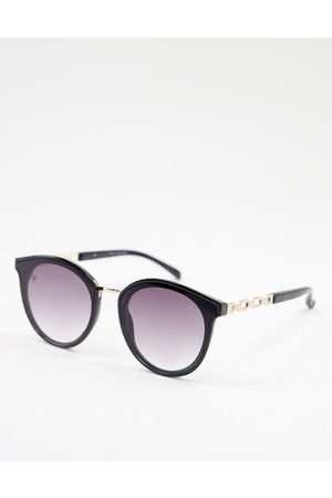 Jeepers Peepers Women's round sunglasses with arm detail-Black