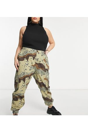 Missguided Cargo pants with cuffed hem in camo-Green