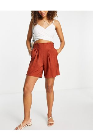 Pieces Tailored shorts with pleats in -Orange