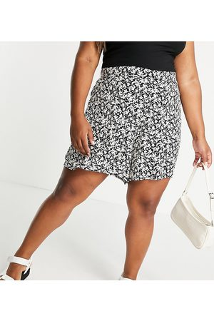 New Look Plus New Look Curve floral flippy shorts in